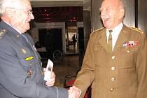 Dnes třiadevadesátiletý Alfred Jánský (vpravo) uprchl z koncentračního tábora v Osvětimi a přidal se k1.československému sboru na východní frontě. Stal se velitelem baterie pozemního vojska.