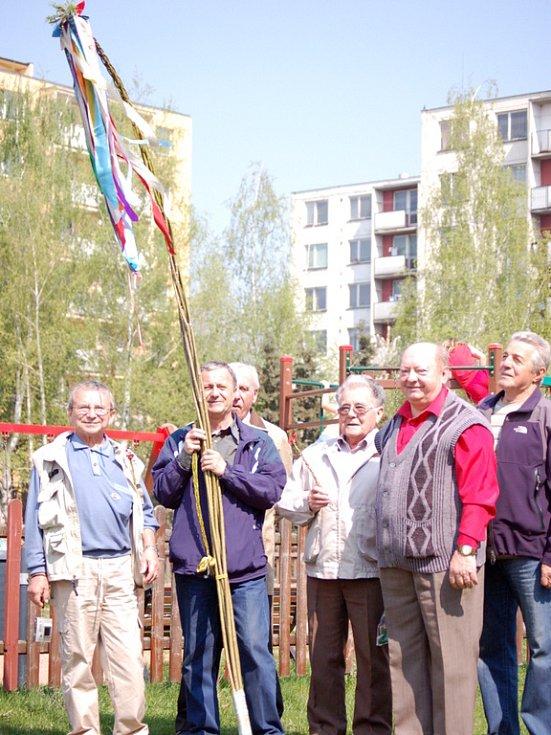 S neobvykle dlouhým tatarem vyrazila v pondělí do ulic šestice kamarádů z Přerova. Scházejí se už od roku 1952.