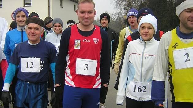 Řazení závodníků před startem. Jindřich Tomíšek číslo 12, vítěz kategorie mužů nad 60 let.