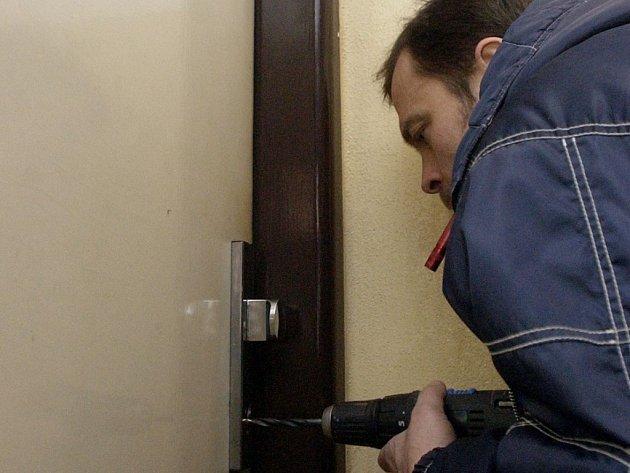 Pokud zůstane v zámku klíč, je nutné vložku odvrtat.