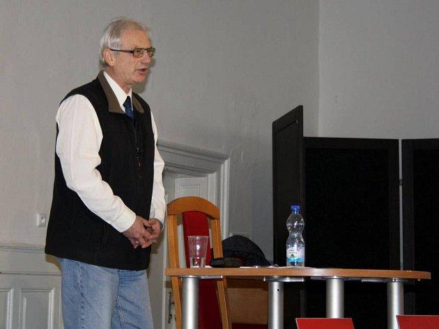 Vrchní rada České obchodní inspekce Zdeněk Krul přednášel obyvatelům Hranic.