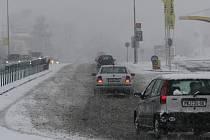Sněhový příval zasypal v neděli těsně po poledni silnice tak vydatně, že auta se mnohde ploužila  krokem. Zrádné zatáčky a kruhové objezdy si vybíraly svou daň.