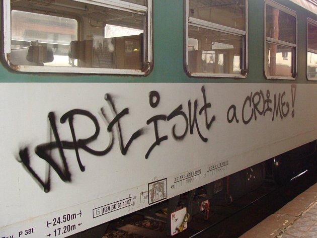 Odstavené vlaky v Přerově se minulý týden dvakrát staly terčem mladíků se spreji.