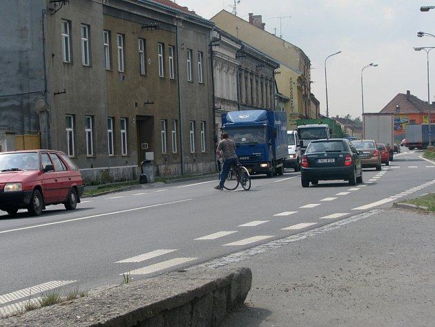 Silnice na třídě ČSA patří k nejfreventovanějším v Hranicích.