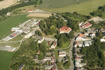 Areál, v němž má vyrůst bioplynové zařízení na výrobu elektřiny, stojí příliš blízko Laškova. Na snímku je areál vlevo, od prvních domů je vzdálen jen několik metrů.