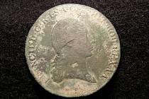 Archeologové našli v Lipníku měděnou minci z roku 1800. Na reversu je uprostřed pole zobrazen korunovaný dvouhlavý orel držící v pařátech meč a žezlo.