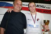 Petr Novotný s pohárem pro vítěze a s přerovským trenérem Ladislavem Martinčíkem, který mu neustále pomáhá v jeho boxerské kariéře.