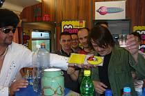 Na palubě vlaku Košičan bylo živo. Členové kapel Chinaski a No Name křtili novou desku, zpívali ve speciálně upraveném voze a podepisovali se fanouškům a fanynkám.