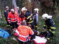 Záchranáři vyprošťovali v neděli 20. listopadu zaseknutého paraglaidistu v několikametrové výšce na stromě nedaleko Milenova