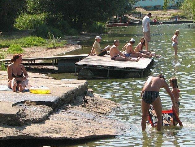Na pláži U Vrbiček bylo v sobotu asi tři sta lidí.