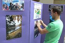 Petr Drábek ze Základní školy Šromotovo instaluje fotografie na téma životní prostředí