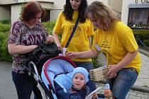 Koupí žlutého kvítku přispívali lidé v hranických ulicích na boj s rakovinou