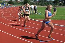 Kateřina Pokorná (v čele) skončila v běhu na 800 metrů druhá