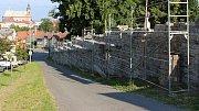 Práce na nové hřbitovní zdi v Hranicích