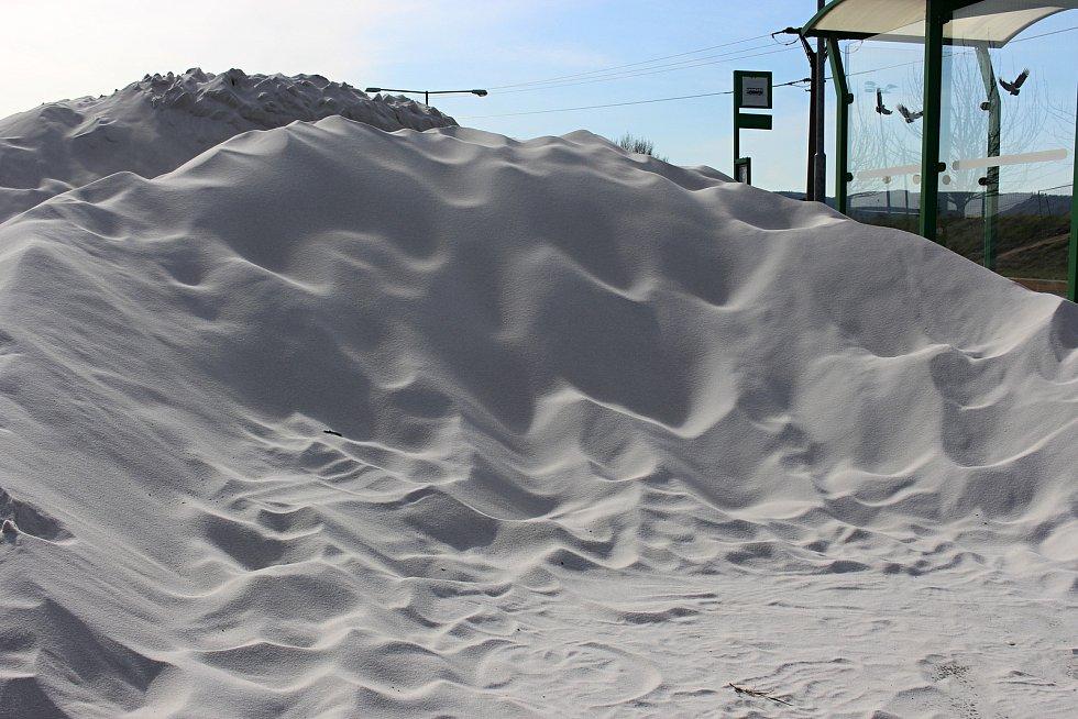 Velká hromada pěti set tun písku byla přechodně uložena u zastávky MHD vedle areálu SK Hranice.