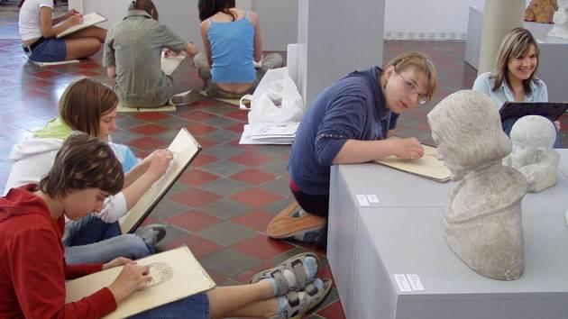 Drahotušské děti si zkusily během návštěvy muzea sochy namalovat.