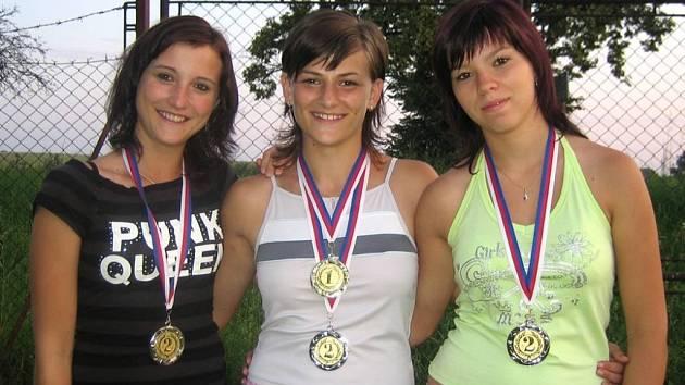 Polkovické atletky se sbírkou medailí.