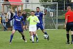Fotbalisté Všechovic (v modrém) zvítězili v Bělotíně.