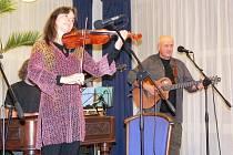 Hana a Petr Ulrychovi s doprovodnou kapelou Javory