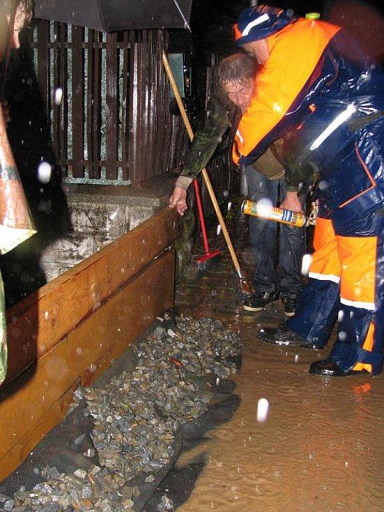 Lidé z Vrchlického ulice po 22. hodině začali již bojovat s vodním živlem, voda už byla na silnici i chodnících.
