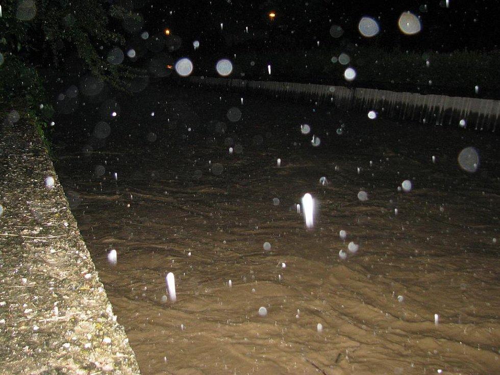 Takhle vypadala Velička ještě ve 21. hodiny na Čechově ulici. Před půl dvanáctou hodinou se již vylila z břehů.