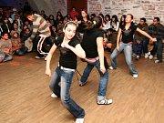 Romské děti z Hranic v kroužku rozvíjí své hudební a taneční umění, to pak prezentují na mnoha akcích v širokém okolí.