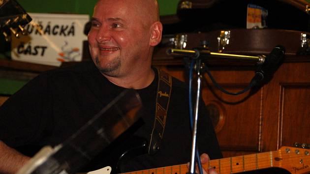 Radek Pastrňák je podle svých slov vášnivým sběratelem kytar. Doma jich má zhruba padesát