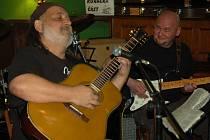 Kapela Pakostra blues s Radkem Pastrňákem zahrála s bluesovým zpěvákem a kytaristou Jiřím Kostadinovem, basistou Josefem JoeAfter Pakem a s domácí kapelou Mothers follow chairs v přerovské restauraci Pivovar.
