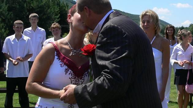 ...první manželský polibek...