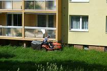 Sečení trávy v Hranicích