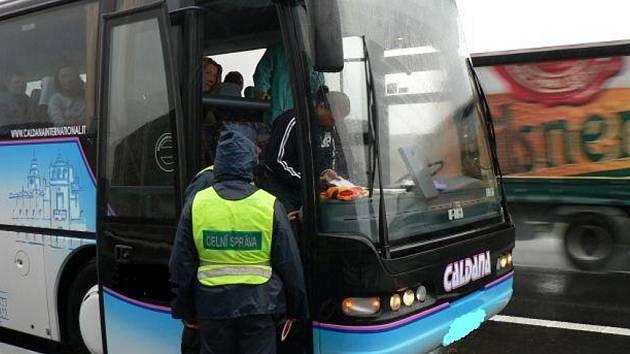 Při kontrole autobusů celníci zjistili nedodržování předepsaných bezpečnostních přestávek řidičů v době řízení.