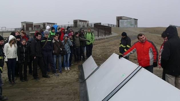 Hraničtí hasiči i studenti Střední průmyslové školy Hranice se seznámili s mobilním zařízením protipovodňové ochrany
