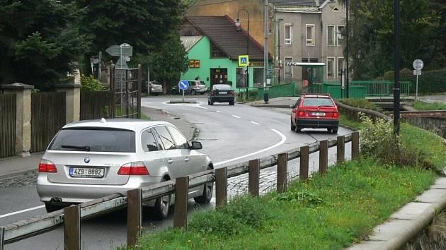 Retardéry na Komenského ulici v Hranicích nenechávají řidiče a obyvatele v klidu.