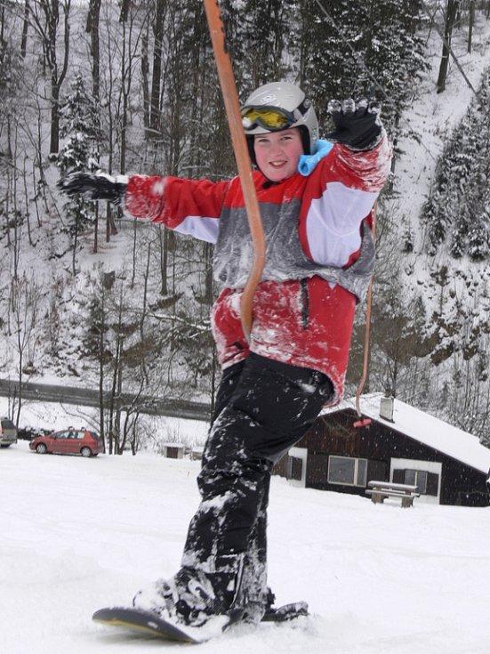 První dva výcvikové dny mají za sebou účastníci lyžařské a snowboardové školy z Hranic.