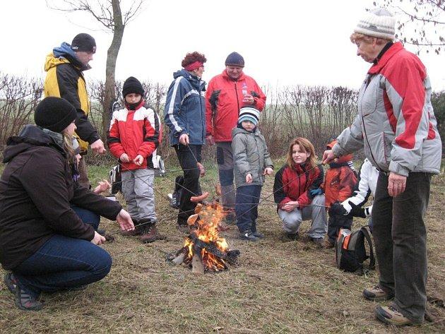 V Bělotíně myslí i na lesní zvěř. Před Vánocemi zdobí strom v lese, potom si opečou buřty