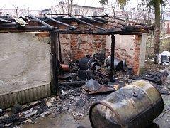 Po příjezdu na místo hasiči zjistili, že je v kůlně o rozměrech 6×8 metrů uskladněn jeden dvousetlitrový sud s naftou a čtyři dvacetilitrové kanystry s naftou.