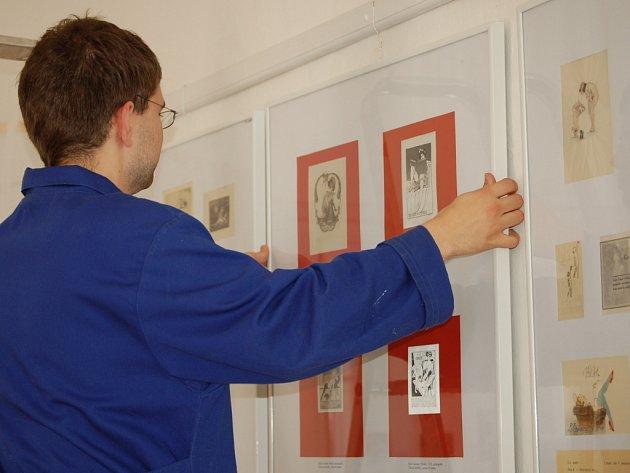 Pracovníci Muzea Komenského včera instalovali výstavu ex libris s erotickými motivy ze sbírky Karla Jaroslava Obrátila.