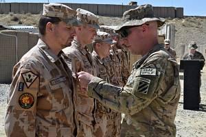 Velitel poradního týmu v provincii Wardak Jan Zezula získává ocenění za úspěšně zvládnutou misi.