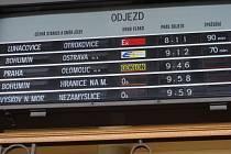 Lidé, kteří pravidelně cestují vlakem z Olomouce do Přerova, byli komplikacemi nepříjemně zaskočeni.
