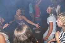 Náctiletí to na diskotéce v Zámeckém klubu parádně roztočili.