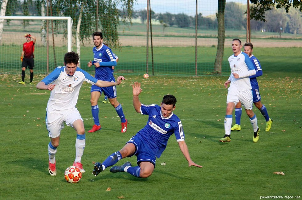 Fotbalisté Všechovic (v modrém) doma proti přerovské Viktorce.