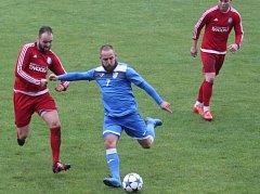 Fotbalisté Ústí (v červeném) proti MFK Havířov. U míče Miroslav Matušovič.