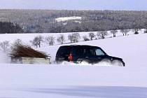 Řidič v terénním vozidle po poli objíždí zapadlý kamión, který uvízl mezi Přemyslovicemi a Pěnčínem.