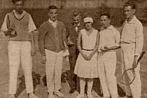 Ferenc Maršálek (druhý zleva) patřil k mistrům tenisové hry ve třicátých letech.
