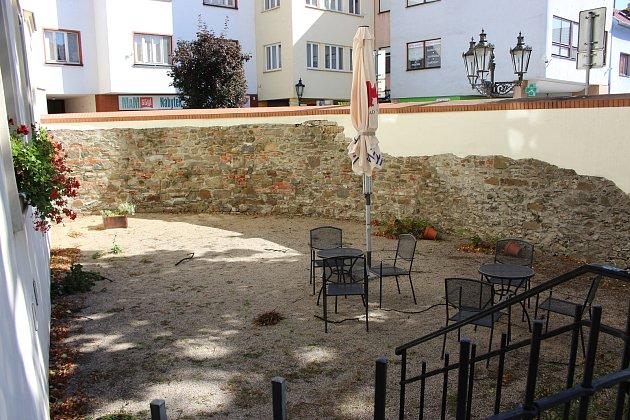 Přední část dvorku slouží vobdobí venkovních posezení jako letní zahrádka zdejší kavárny.