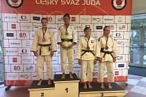Šarlota Olšáková na stupních vítězů (vlevo)