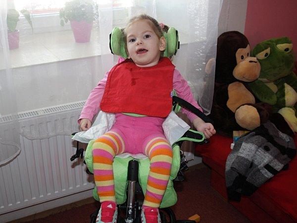 Julinka zBělotína bojuje sherpetickou meningoencefalitidou. Pomoci ji můžete iprostřednictvím sbírky vršků. Ty je možné nosit ido redakce Hranického týdne.