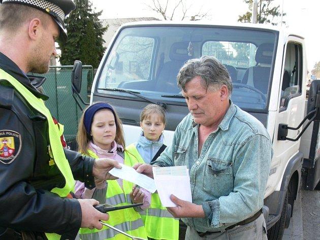 Hraničtí strážníci přizvali několikrát k měření radarem také místní děti. Ty řidiče upozorňovaly na to, že překročili povolenou rychlost v obci.