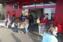 Supermarkety v Hranicích v obležení nakupujících o víkendu nebyly.