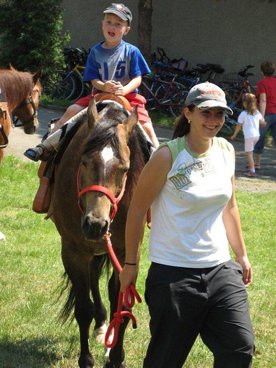 V doprovodném programu si mohly děti zajezdit na koni z místní jezdecké stáje Ranč Mustang Veselíčko.